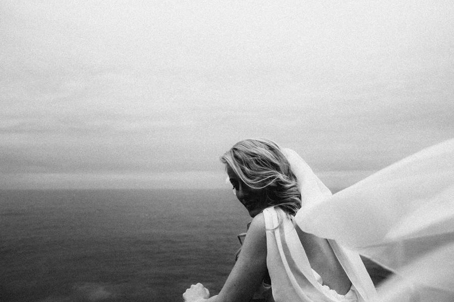 fotografia di matrimonio fotografo pavia ritratto di sposa in riva al mare in Liguria a Zoagli in bianco e nero